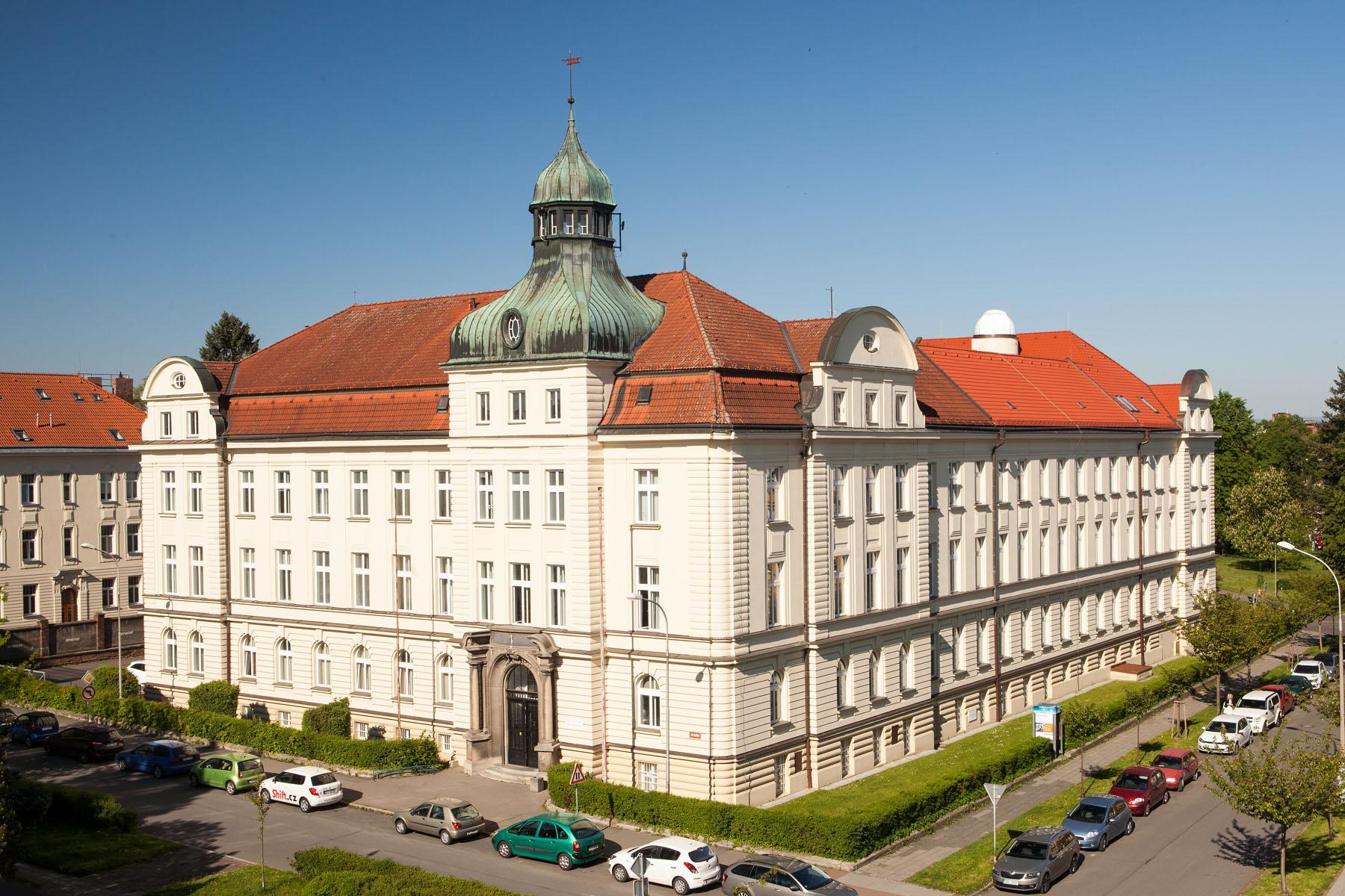 Budova Bezručova nám. 13 s observatoří